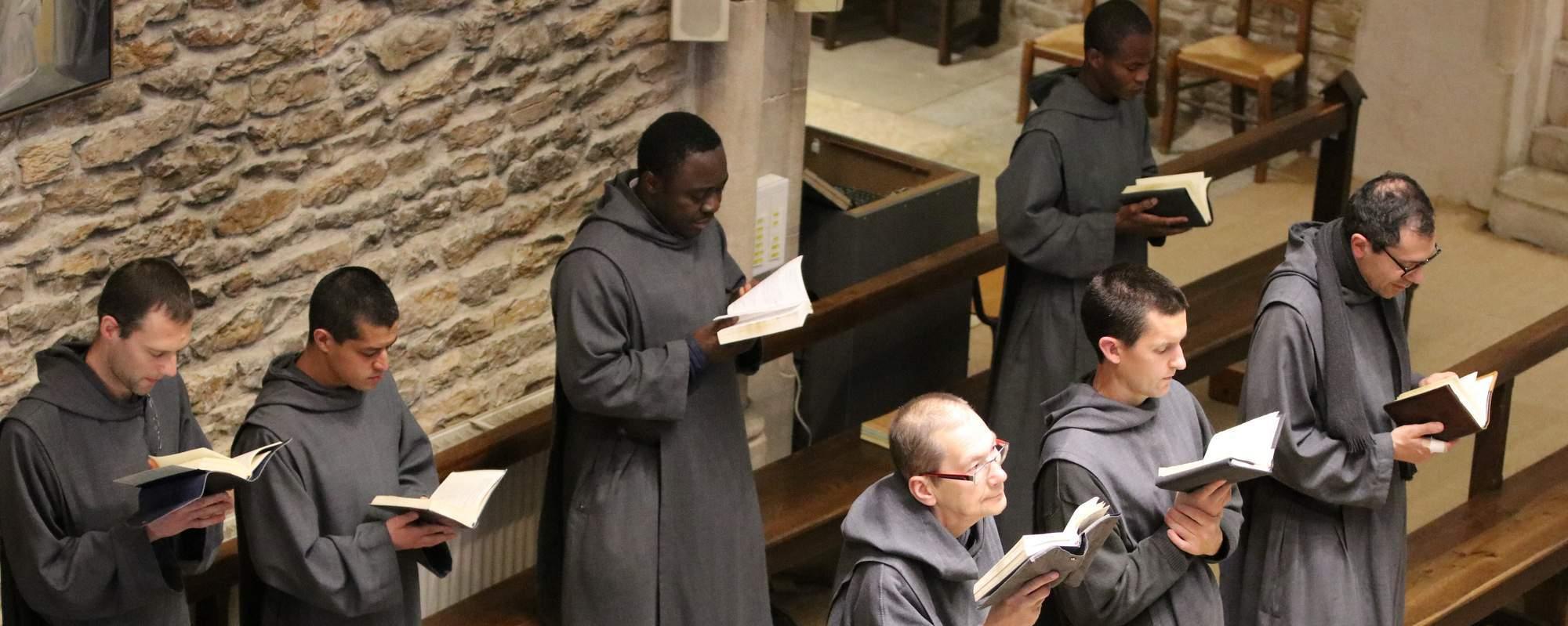 Frères à l'office dans la chapelle